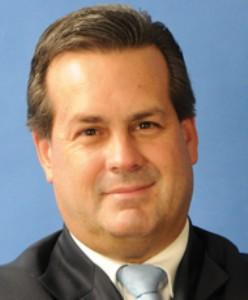 Socio del Estudio Navarro, Ferrero & Pazos. Fue ministro de Comercio Exterior y Turismo durante el gobierno de Alejandro Toledo.